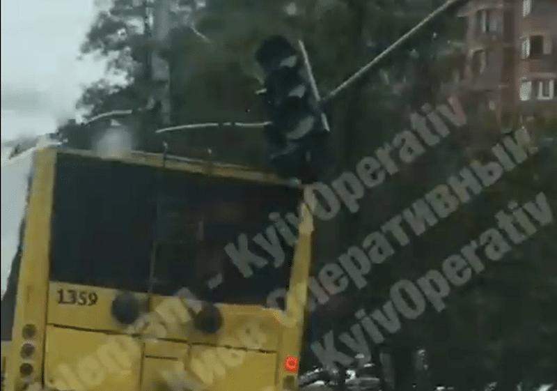 У Києві тролейбус збив світлофор (Відео)
