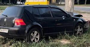 У Києві автомобіль врізався в стовп на проспекті Правди (Фото)